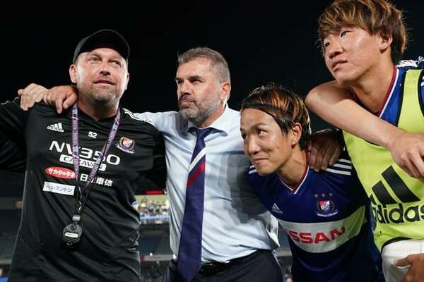 横浜F・マリノスを率いて2年目のアンジェ・ポステコグルー監督(左から2人目)。攻撃的なフィロソフィーはチームに浸透し、今季は上位につけている