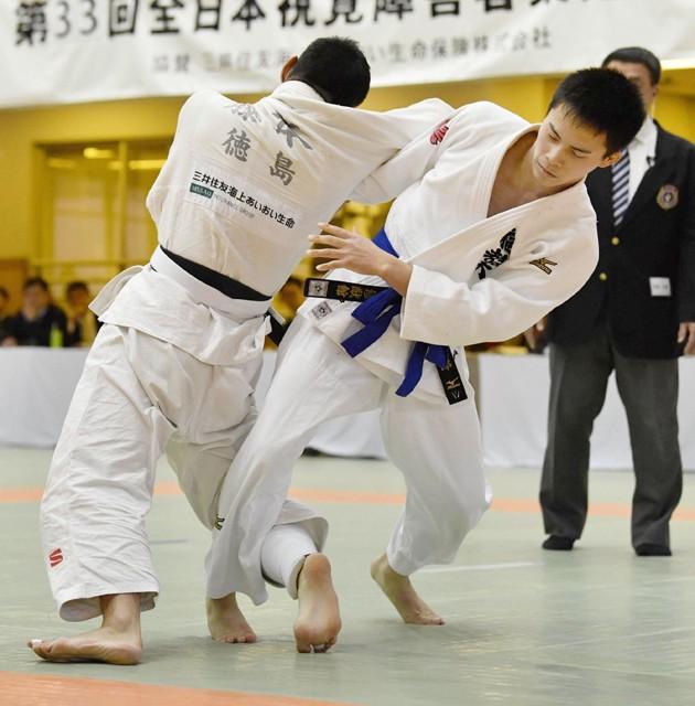 2018年の全日本視覚障害者柔道大会で、王者・藤本聡を破った瀬戸(写真右)