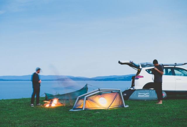 アウトドア好き必見!テントに変身するサーフボードケース「BoardSwag」