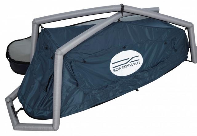 テント部分は空気で膨らませる支柱で自立し、2枚重ねの吊り下げ式防水ナイロンキャノピーがある。内側のメッシュと窓で暑い夏の夜も快適に過ごせそう。