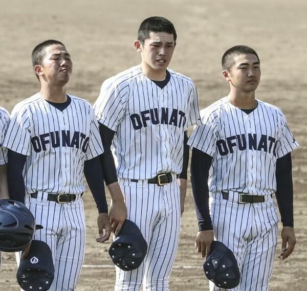花巻東との決勝戦、登板機会がなく敗れた大船渡・佐々木朗希(写真中央)