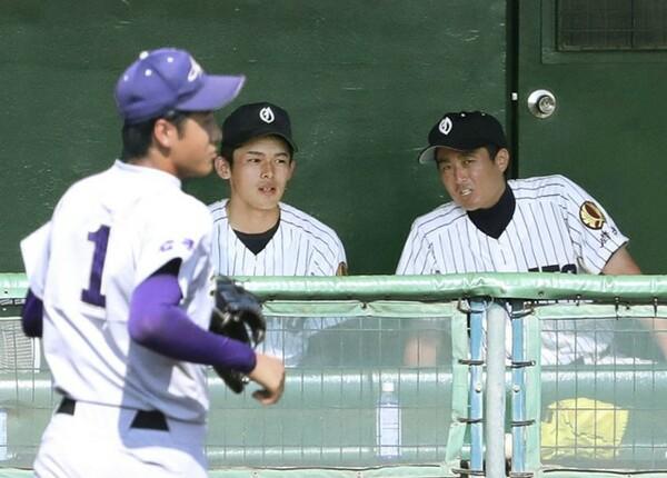 試合中、ベンチで話し合う國保監督(写真右)と佐々木