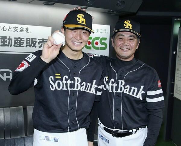 6月29日、プロ初勝利を挙げ、工藤監督(右)と記念撮影に臨む高橋純。翌日、プロ2勝目は続けて挙げた