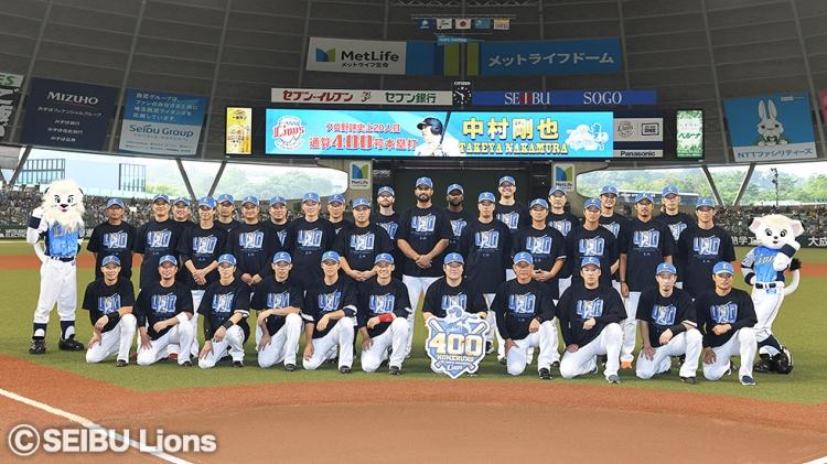 表彰式ではチーム全員で記念Tシャツを着てその偉業を祝福