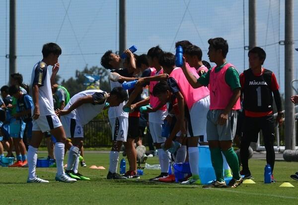 容赦ない沖縄の日差しの中、グラウンドで戦う選手たち。試合をこなせばこなすほど、疲労度も大きかった
