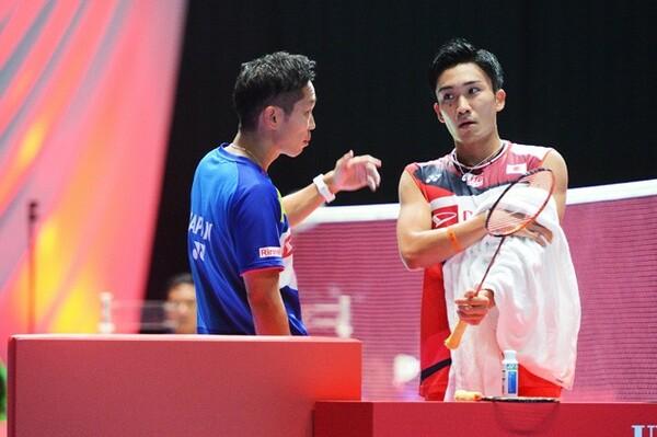 桃田と試合中に話し合う中西コーチ(写真左)