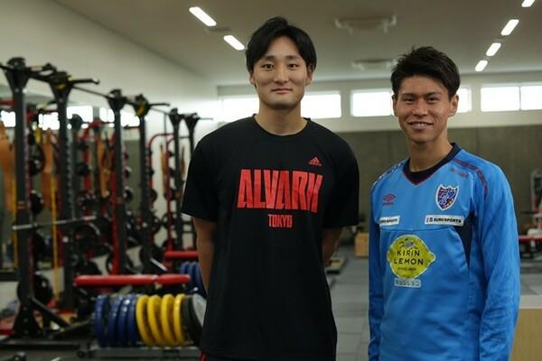 共に首都東京のクラブで主力としてプレーをする2人の対談はA東京の練習場で実現。写真左が田中大貴、右が橋本拳斗