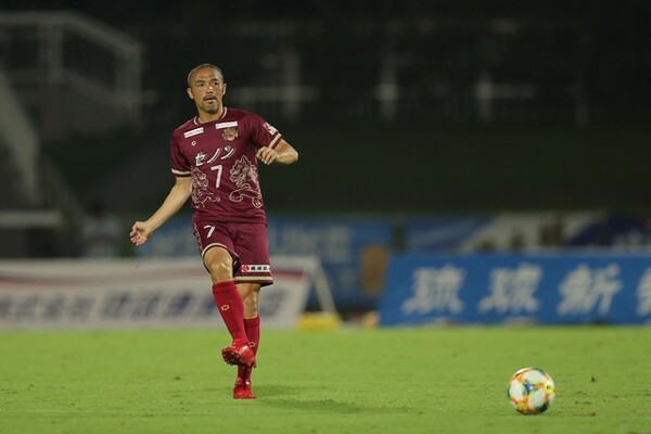 新天地・FC琉球デビューを飾った小野伸二。スタジアムには最高記録を1.5倍更新する観客が訪れた