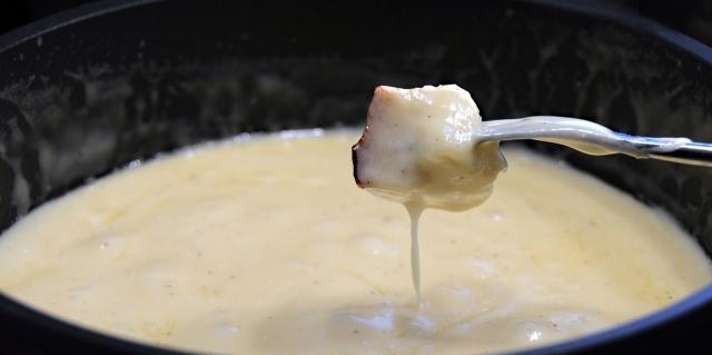 アウトドアでチーズフォンデュ!お手軽レシピ&オススメ食材を紹介!