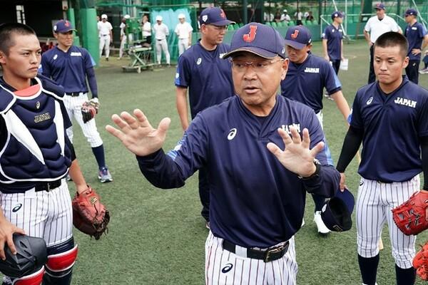 U-18日本代表を率いる永田監督(写真中央)にW杯への意気込みを聞いた