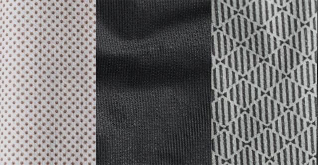 裏地の比較。左「フライ 2.5Lジャケット」と右「カムレイカ ジャケット」は2.5レイヤーのためメンブレンにコーディングを施してある。中央の「ハイパーエアーGTXフーディ」はメンブレンを表に貼ってあるので、裏地はナイロンだ。