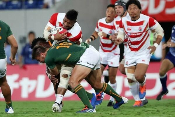 日本代表No.8マフィの突進を2人がかりで止める南アフリカ代表