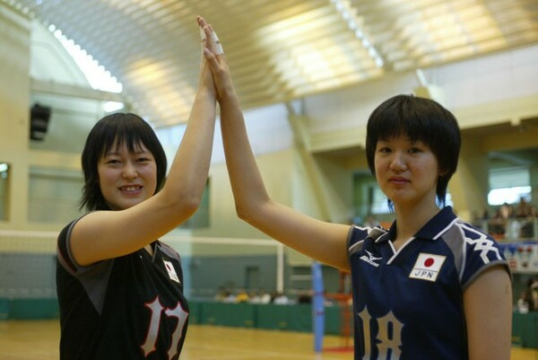 「メグカナ」の愛称で親しまれた大山加奈(左)と栗原恵。高校生で全日本に選ばれるなど人気、実力を兼ね備えた逸材としてメディアをにぎわせた
