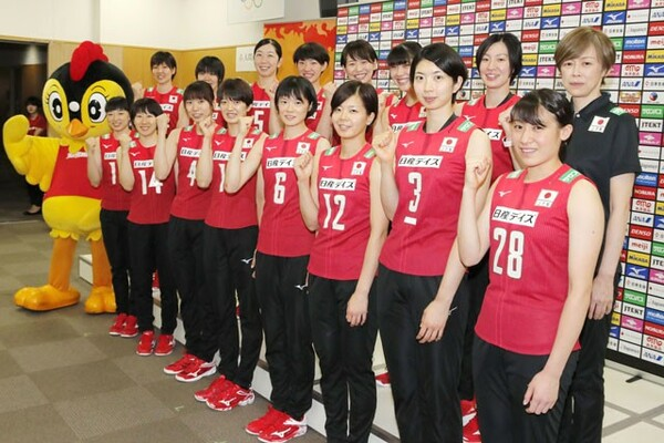 中田久美監督(後列右端)率いる全日本女子。五輪前最後の国際大会は結果と内容が求められる