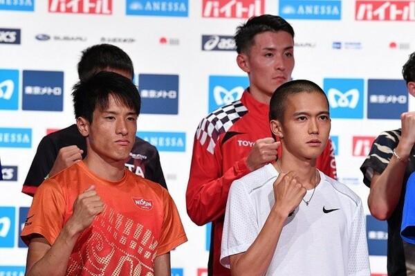 13日、会見に臨む大迫傑(手前右)、服部勇馬(後方)、村澤明伸(手前左)。30人のうち東京五輪の切符をつかむのはどのランナーか?