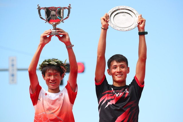 優勝した中村(左)、2位の服部勇は東京五輪までの調整期間を1年間とることができる