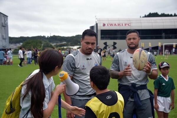 グループに分かれて公開レッスンをするサモアの選手たち。子供たちの表情も真剣そのもの