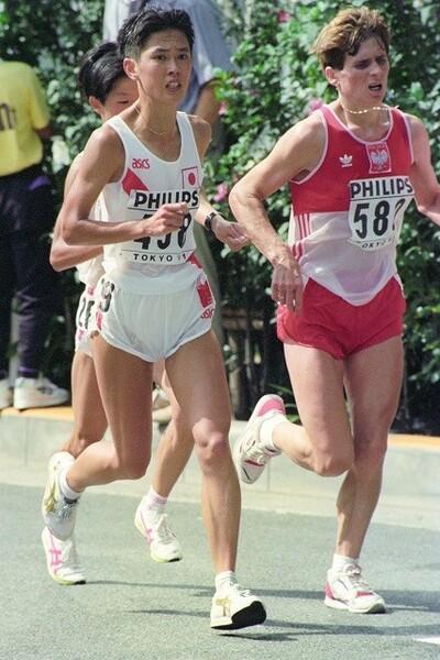 91年8月、世界陸上東京大会の女子マラソンで快走する有森氏(左)