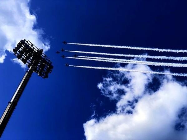 フィジー対ウルグアイのキックオフ直前、釜石上空を飛行するブルーインパルス。この日は晴天に恵まれた