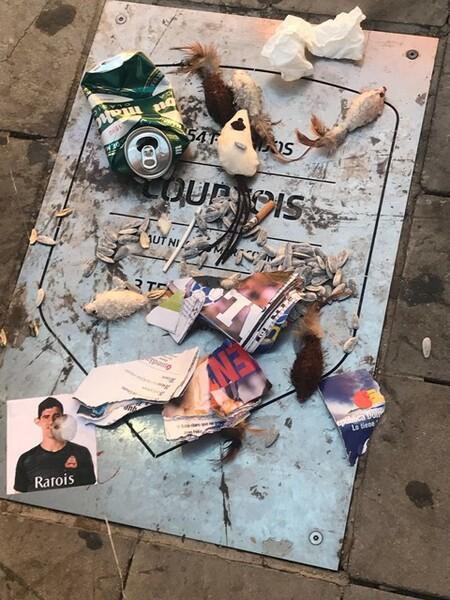 クルトワの記念碑はゴミで埋め尽くされていた