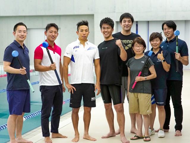 今回はパラ水泳に挑んだ武井さん。ロケに参加した富田宇宙選手(左から3番目)、立石諒さん(同5番目)らとともに記念撮影