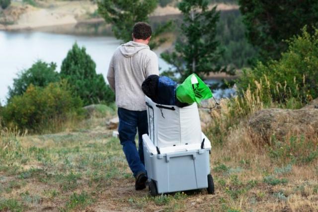 上記No.01のローバーのRollR60モデル。上部に付いたボックスを使えば、キャンプギアの運搬も一度にできる。