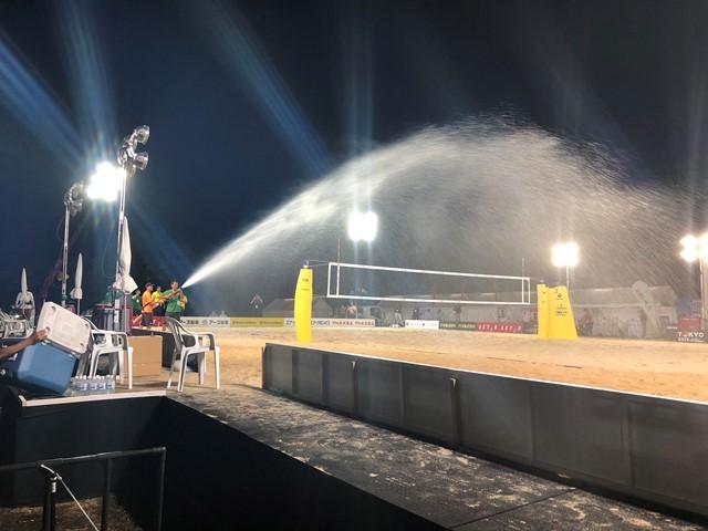 大会時は日光で砂の温度が非常に熱くなるため、いかに短い時間で効率的に水をまけるかが重要となる
