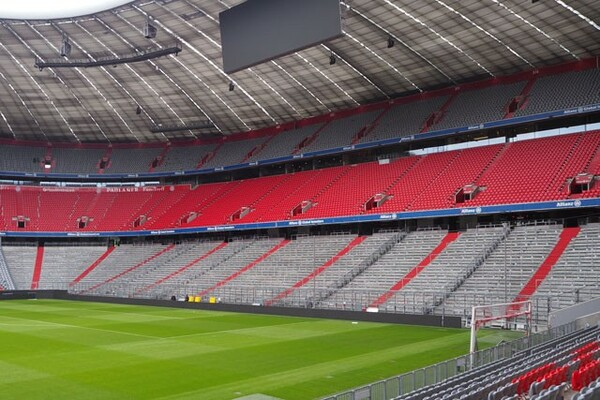 アリアンツ・アレナのゴール裏に設置された立見席。チケット価格は15ユーロ(約1700円)。ここには熱狂的なサポーターが陣取る