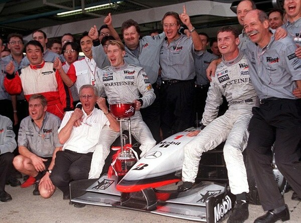 1998年、ミカ・ハッキネンがチャンピオンに輝き、記念撮影。浜島(後列左端)もともに喜ぶ