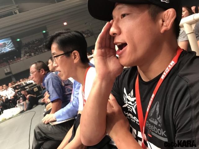 10月12日、大阪で行われたRIZIN.19で元同僚の山本美優に声援を送る堀口恭司