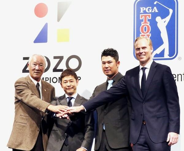 PGAツアー日本初開催で記念写真に納まる(左から)日本ゴルフツアー機構の青木功会長、ZOZOの前沢友作社長(当時)、松山英樹ら
