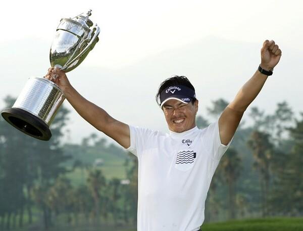 日本プロゴルフ選手権で3年ぶりの優勝。トロフィーを手に大喜びの石川