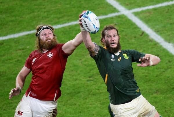 ラインアウトでボールを片手でキャッチする南アフリカ代表RG・スナイマン