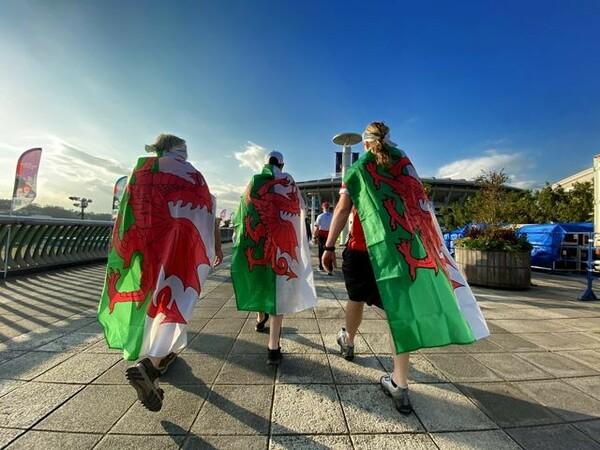 初の決勝進出に向けて横浜国際総合競技場に向かうウェールズのファン。国旗に描かれた赤い竜も勇ましく見える