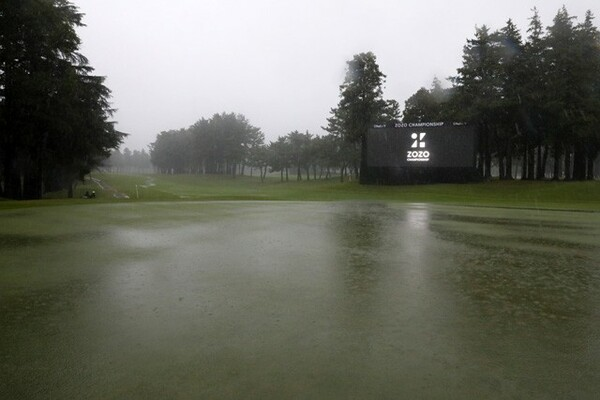 大雨の影響で順延となった大会2日目。コースのあちらこちらが水没した(写真は25日の18番グリーン付近)