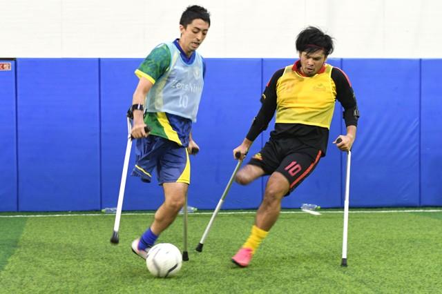 アンプティサッカーはその名の通り、主に上肢または下肢の切断障害がある人たちによって行われるサッカー。国内では約100名の選手が活動している