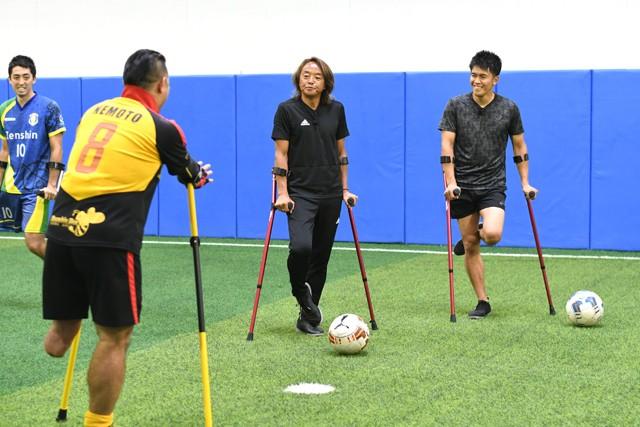 日本障害者サッカー連盟会長として、さまざまな障害者サッカーに精通する北澤さん(中央)