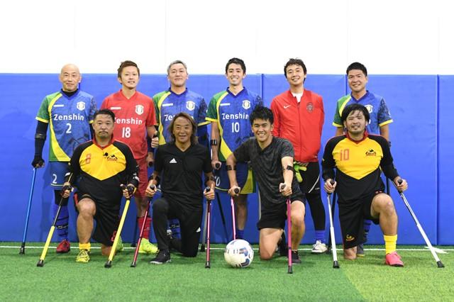 日本障害者サッカー連盟会長・北澤豪さんや現役選手とともにアンプティサッカーを体験した武井さん(前列右から2人目)