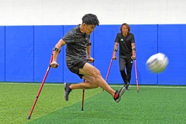 クラッチを使いながらボールを蹴る武井さん