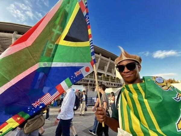 国旗を誇らしげに掲げる南アフリカのファン。勝てば3大会ぶり3回目の優勝となる