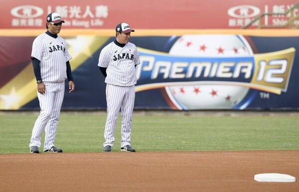 井端コーチ(右)とグラウンドの状況を確認する稲葉監督
