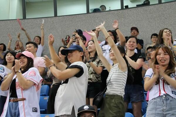 ラミゴのホーム、桃園国際棒球場では女性ファンの姿が目立つ