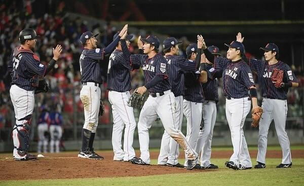 ホームの台湾相手に快勝した侍ジャパン。なかでも最年長捕手・會澤(写真左から1人目)の好リードが光った