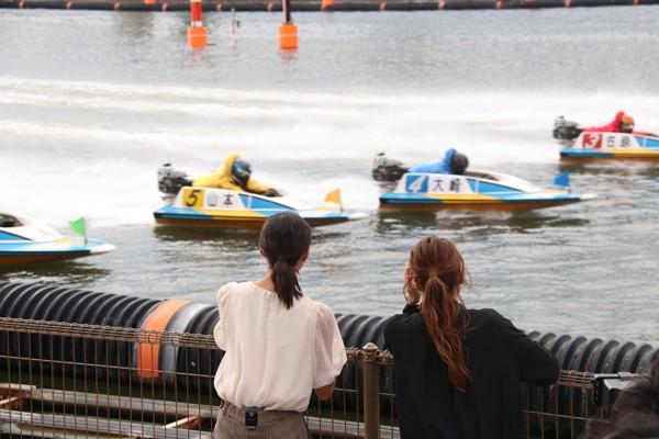 初めて生で見たボートレースの迫力に「すごいすごい」と大興奮の畠山さん