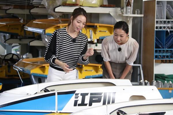 初めて見るボートに興味津々の畠山さん