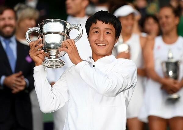 今年7月、ウィンブルドン・少年の部で優勝を飾った望月。グランドスラムの男子シングルスで頂点に立ったのは、シニアを含めて日本人初の快挙だ