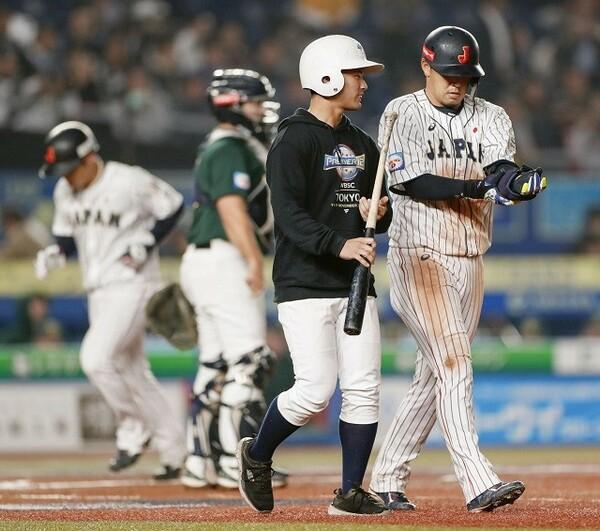 勝ち越しとなる押し出し四球を選んだ浅村(写真右)。打ち急ぐことなく「やるべきこと」を冷静に実践し、打線を引っ張っている