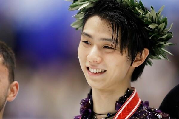 NHK杯を制し、笑顔を見せる羽生