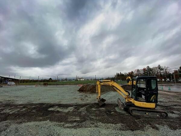 新しいクラブハウスの建設予定地。練習グラウンド(奥)のすぐ横に来年5月に完成する予定だ