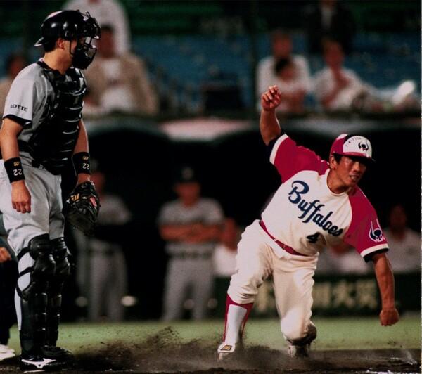 現役時代、俊足巧打の二塁手として切り込み隊長を務めた大石(右)